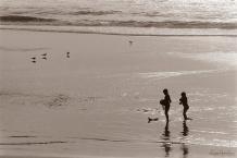 ©1988 Saint-Louis au Sénégal. Les petits pêcheurs se préparent au métier Du savoir faire lébou ils sont les héritiers