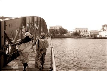 ©1988 Saint-louis au Sénégal. A Ndar on ne dit pas, traverser le pont, l'expression usuelle est, descendre le pont