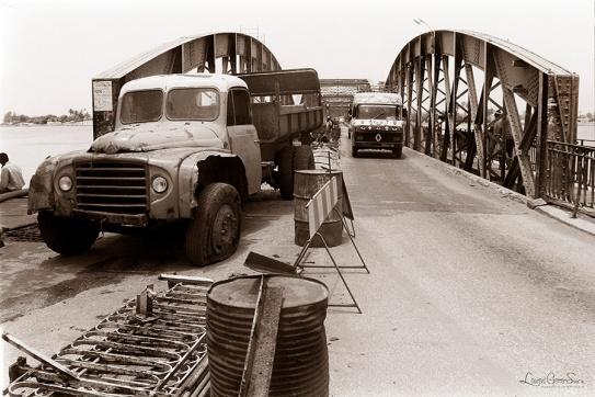 ©1988 Saint-Louis au Sénégal. Remplacement de la chaussée bitume par des voies métalliques et adieu aux balustrades au dessin d'antan.