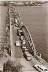 ©1987 Saint Louis au Sénégal. Le pont d'acier semble consacrer la longue course du fleuve lui traçant une lignée d'arrivée royale à quelques coulées de l'océan.
