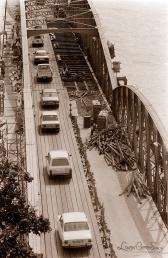 ©1988 Saint-Louis au Sénégal. Nos ingénieurs ignoraient que la nuit, brûmes, rosées, embruns transformeraient la nouvelle chaussée métallique en patinoire particulièrement périlleuse sur deux roues.