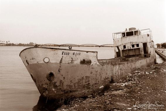 ©1988 Saint-Louis au Sénégal. Le barrage de Diama vient d'être fini un volet relance de la navigation est annoncé ...