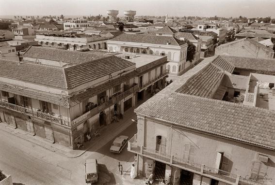 ©1987 Saint-Louis au Sénégal. La voici donc, celle dont le nom sonne si fort dans un coin de l'imaginaire de chacun encore Saint Louis du Sénégal, l'ancienne capitale, la déesse du fleuve aux arguments de femme fatale