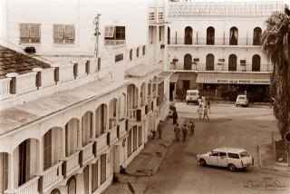 ©1988 Saint-Louis au Sénégal. Ndar n'était pas encore inscrite au Patrimoine Mondial de l'Unesco, son dynamique Syndicat d'Initiatives et de Tourisme n'était pas né, n'existaient que les hôtels de la ville qui étaient la halte en Nouakchott et Dakar.