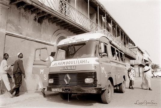 """©1988 Saint-Louis au Sénégal. Mon ami fonctionnaire des postes me disait : """"du premier au dix on prend le taxi, du dix au vingt le car, après on marche""""."""