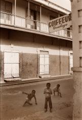 ©1987 Saint Louis au Sénégal. Eléments déterminants du style architectural de la ville les délicats balcons de bois et fer sont pour nombreux supprimés ou remplacés par d'infâmes rajouts de béton.