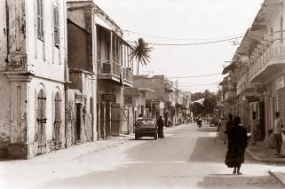 ©1987 Saint-Louis au Sénégal. La rue Blaise Diagne