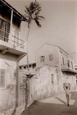 ©1988 Saint-Louis au Sénégal. Il arrive qu'un morceau de balcon, une persienne ou une tuile se détache. L'argument pour dépecer puis abattre certaines batisses était celui du danger pour les passants