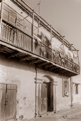 ©1988 Saint-Louis au Sénégal. Pas de roche, pas de pierre à Ndar. Les demeures et bâtisses saint-louisiennes sont construites de briques d'argile cuites. L'humidité saline qui remonte du sol est l'ennemi majeur de ce matériau.