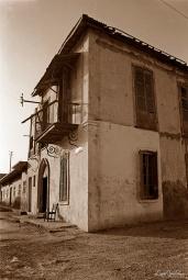 ©1987 Saint-Louis au Sénégal.A cette époque Ndar est désertée par ses élites, oubliée des guides touristiques. On la disait morte et sans intérêt. La vie s'y déroulait au rythme du courrier postal et l'on se sentait loin, au bout du monde, déconnecté mais en paix.