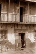 ©1988 Saint-Louis au Sénégal. Il y a bien longtemps que l'on a arrêté de repeindre ces maisons que des riches ont laissées