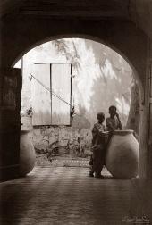 ©1988 Saint-Louis au Sénégal. Se laisser attirer par les cours intérieures et découvrir ce qu'elles cachent de douceurs.