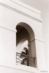 ©1988 Saint-Louis au Sénégal. Une architecture qui évoque le soleil et au-delà de son élégance offre l'avantage d'être adaptée au climat.
